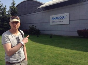 Иванко пред клиниката в Турция