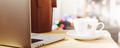 Лаптоп и чаша кафе
