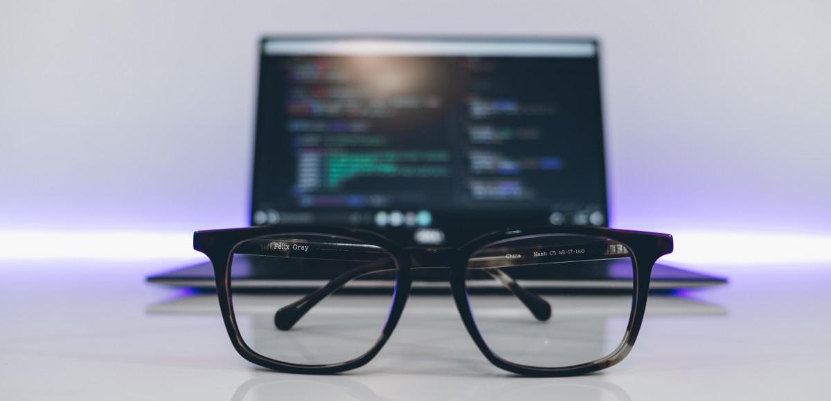 Лаптоп и очила