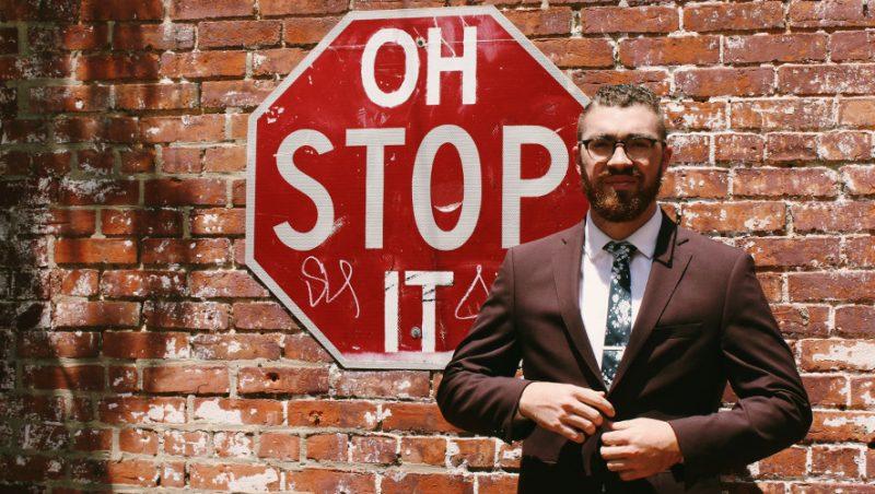Мъж пред знак Stop
