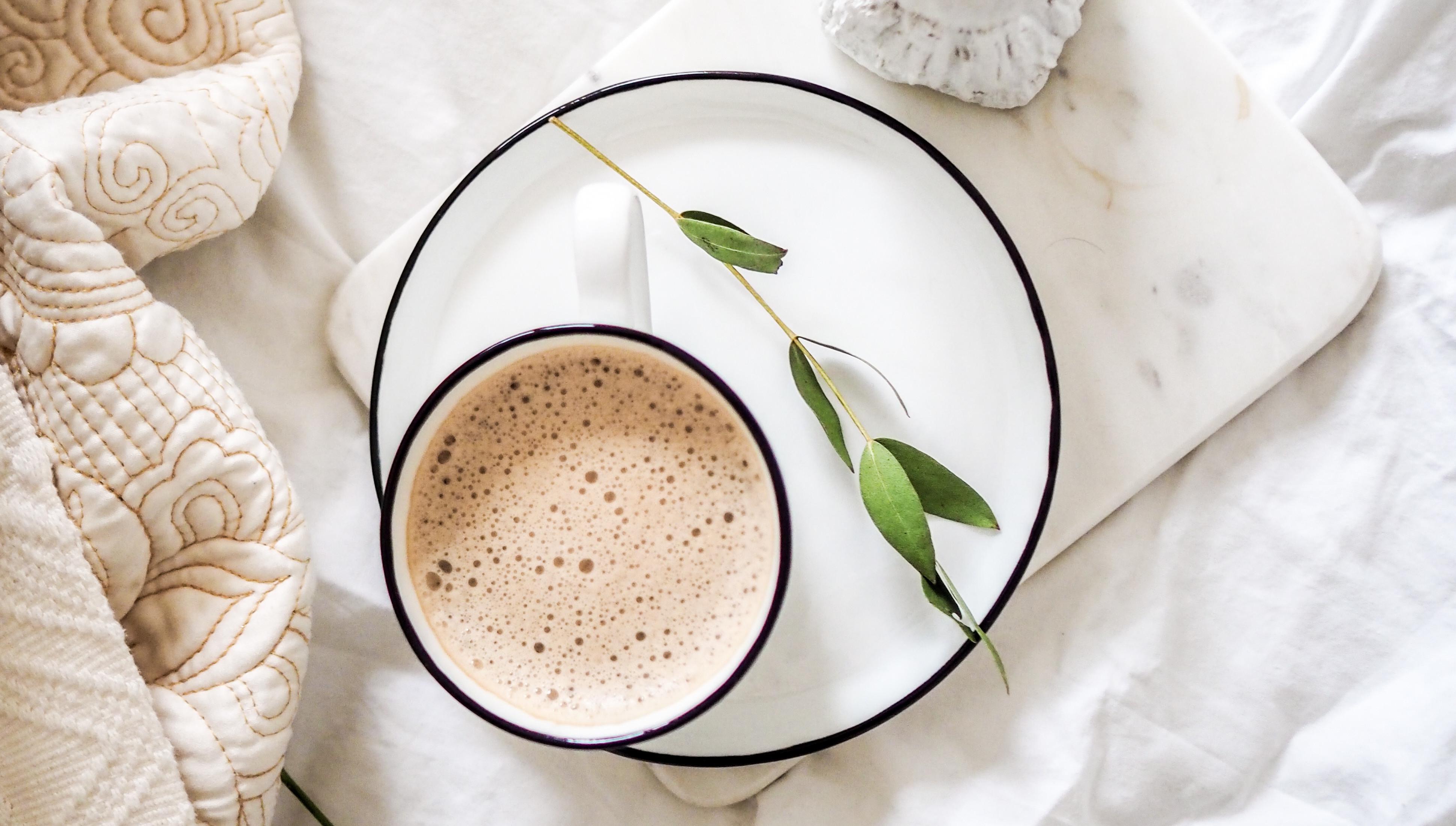 Чаша кафе на легло