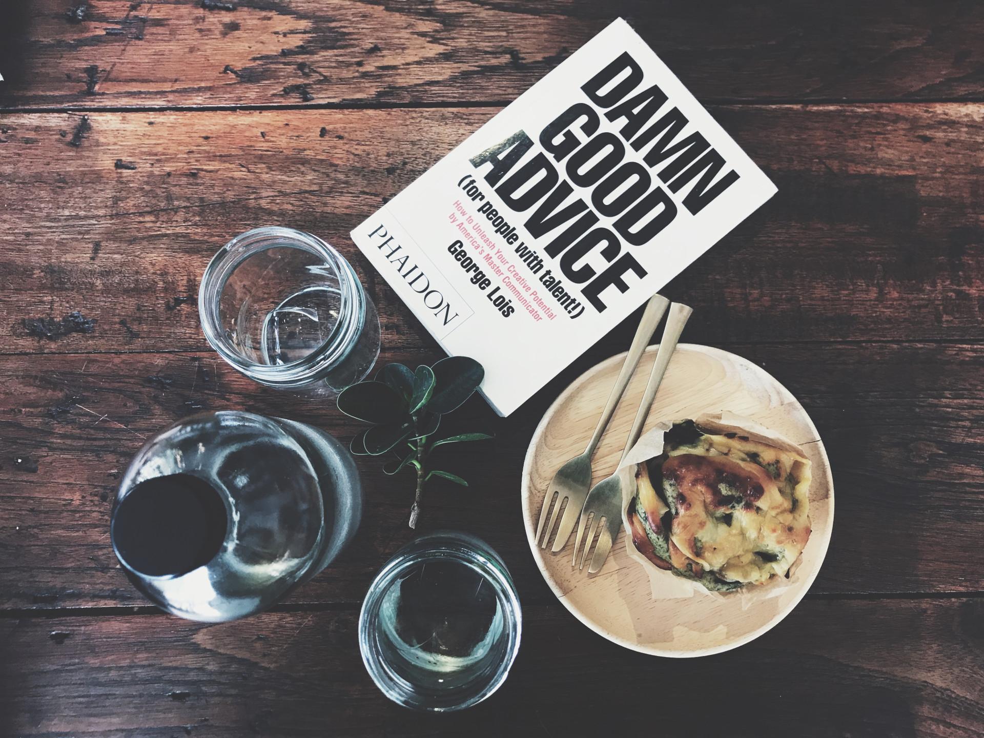 Книга със съвети, чаши и чиния