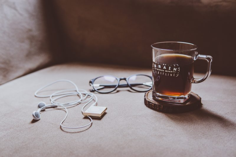 Чаша чай, очила и музикален плеър